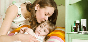 мать целует ребенка