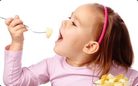 девочка кушает банан