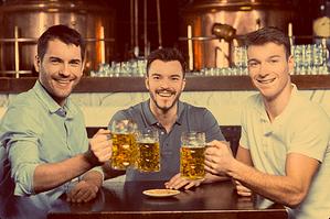 мужчины пьют